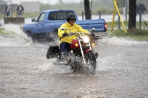 5 Barang Yang Wajib Dimiliki Bikers Saat Musim Hujan
